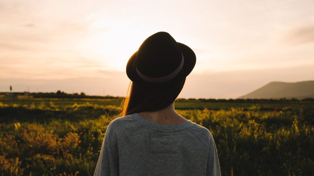 Kobieta w kapeluszu, relaks, mindfulness, przestrzeń.
